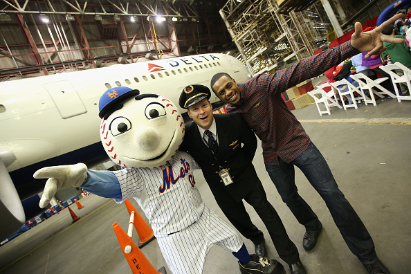 Kennedy Airport「Delta Air Lines' Fifth Annual Holiday in the Hangar」:写真・画像(2)[壁紙.com]