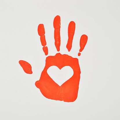 ハート「Handprint with a heart shape」:スマホ壁紙(18)