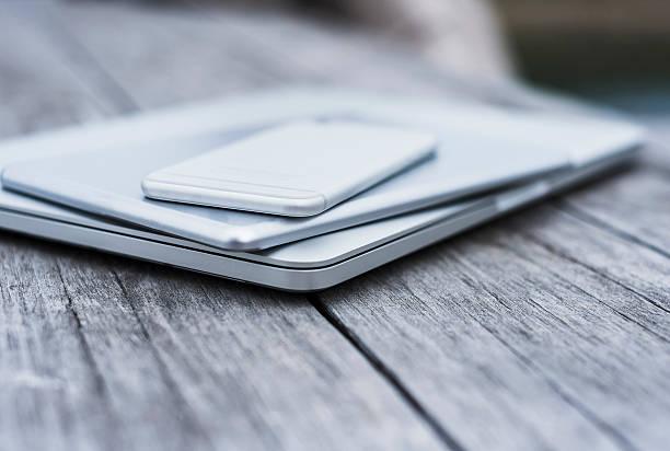 Stack of three mobile devices:スマホ壁紙(壁紙.com)