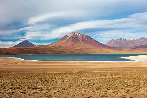 チリ共和国「Laguna Miscanti located in Atacama desert at 4,140m altitude, Chile, January 19, 2018」:スマホ壁紙(10)