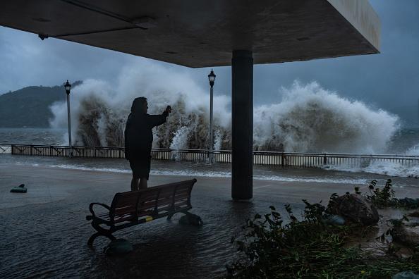 Lam Yik Fei「Hong Kong Sets Highest Storm Alert As Super Typhoon Mangkhut Arrives」:写真・画像(9)[壁紙.com]