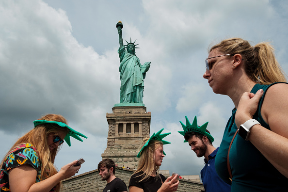 Drew Angerer「Symbols Of Immigration: NYC's Statue Of Liberty And Ellis Island」:写真・画像(2)[壁紙.com]
