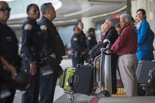LAX Airport「Demonstration Against Trump's Immigration Ban Takes Place After Ruling Was Overturned By State Dept.」:写真・画像(7)[壁紙.com]