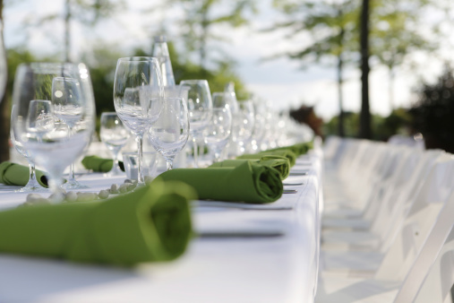 結婚「Festive laid table with green napkins and wine glasses, partial view」:スマホ壁紙(2)