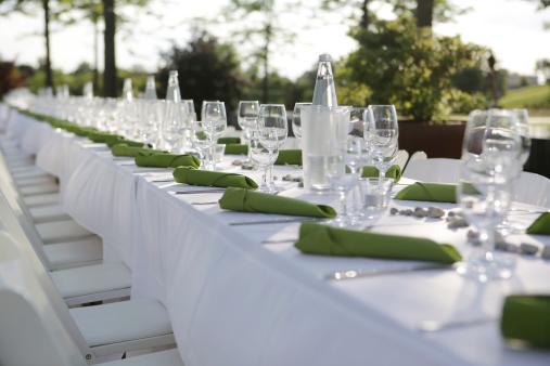 結婚「Festive laid table with green napkins and wine glasses」:スマホ壁紙(2)