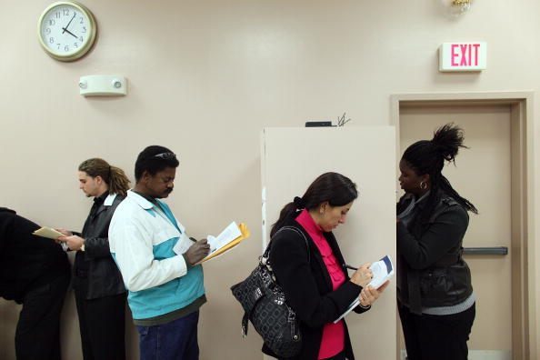 Recovery「Job Seekers Search For Employment At Career Fair In Southern Florida」:写真・画像(5)[壁紙.com]