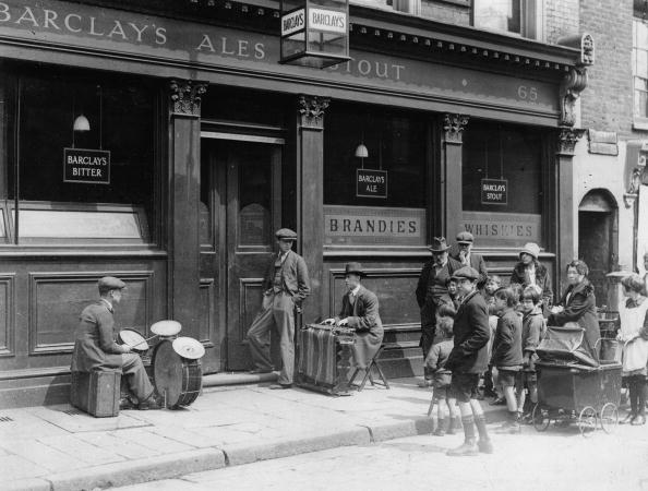 1930-1939「A street band in front of a pub in London to attracked guests, Photograph, Around 1930」:写真・画像(17)[壁紙.com]