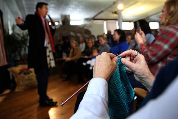 Knitting「Democratic Presidential Candidate Andrew Yang Campaigns In Iowa As State's Caucus Approaches」:写真・画像(1)[壁紙.com]