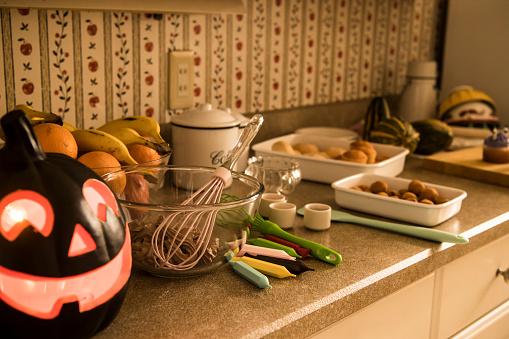 ハロウィン「お菓子を作るのテーブル。」:スマホ壁紙(15)