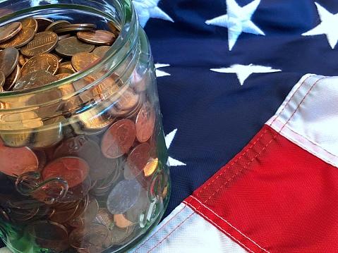 米国硬貨「A jar of American cents on an American flag」:スマホ壁紙(4)