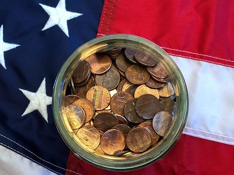 米国硬貨「A jar of American cents on an American flag」:スマホ壁紙(3)