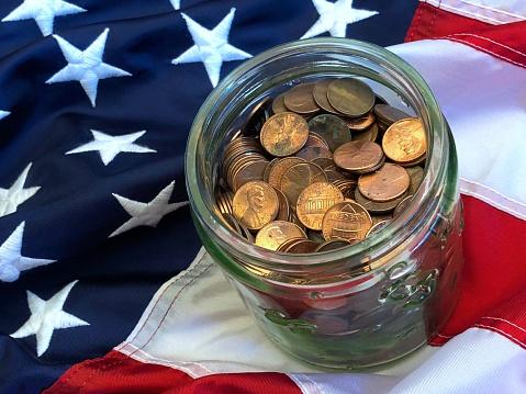 米国硬貨「A jar of American cents on an American flag」:スマホ壁紙(2)