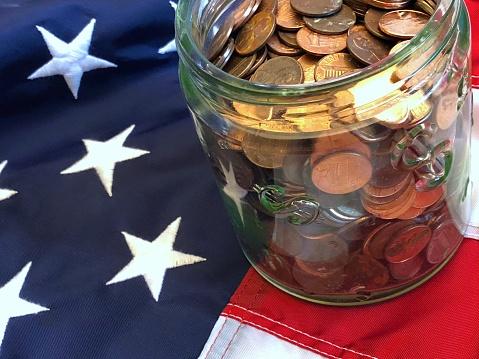 米国硬貨「A jar of American cents on an American flag」:スマホ壁紙(5)