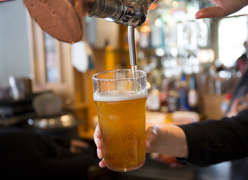 Pouring「Beer being served in Sydney pub.」:スマホ壁紙(8)