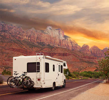 Travel Destinations「Mobile home with bicycles on Road trip」:スマホ壁紙(7)