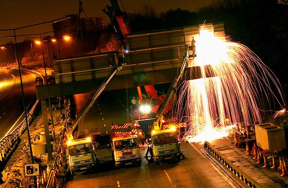 Cutting「Motorway management Demolition of a road sign at night UK」:写真・画像(9)[壁紙.com]