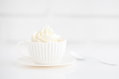 Sweet Food「Cupcake with buttercream frosting in a teacup」:スマホ壁紙(10)