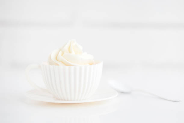 Cupcake with buttercream frosting in a teacup:スマホ壁紙(壁紙.com)