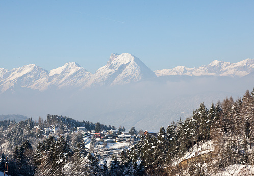 雪山「View of Austrian village in snow alps」:スマホ壁紙(10)