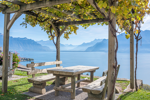 Vaud Canton「Idyllic picnic spot, on the side of the road in the middle of the Lavaux vinyards region, a UNESCO world heritage site. Lake Geneva, the Swiss and French Alps in the backdrop. Canton of Vaud, Switzerland」:スマホ壁紙(19)