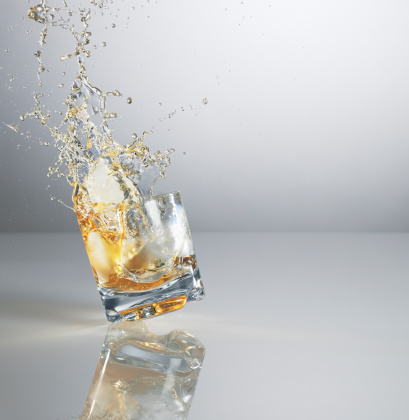 Gray Background「Alcohol spilling from highball glass」:スマホ壁紙(0)