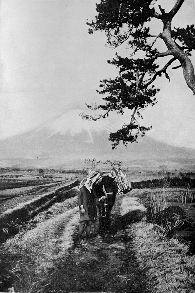 富士山「Peasants of the region of Fuji not by name but merely as O Yama, the Honourable Mountain, c1900」:写真・画像(0)[壁紙.com]