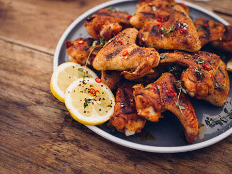 Chicken Wing「Chillie sprinkled spicy chicken wings on a wooden table」:スマホ壁紙(7)