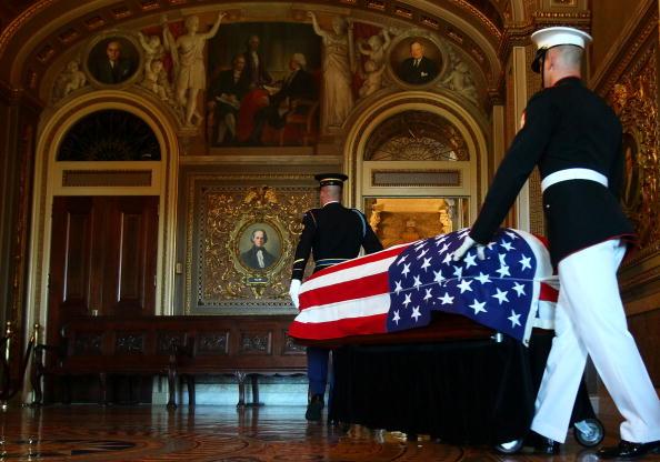 Alex Wong「Sen. Robert Byrd Lies In Repose At U.S. Capitol」:写真・画像(0)[壁紙.com]