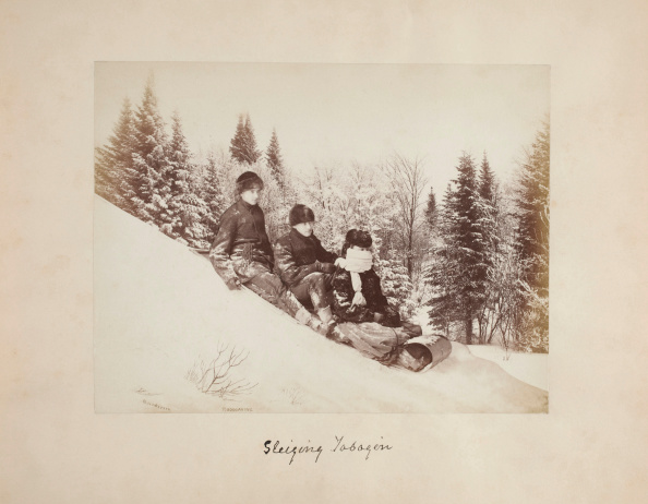 Sledding「Three Tobogganers On Hill」:写真・画像(15)[壁紙.com]