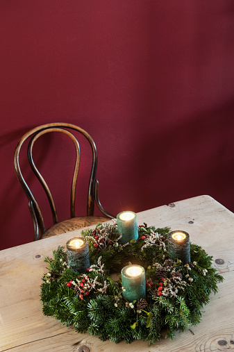 お祭り「Advent wreath on wooden table」:スマホ壁紙(5)