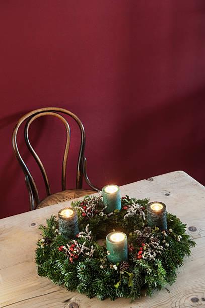 Advent wreath on wooden table:スマホ壁紙(壁紙.com)