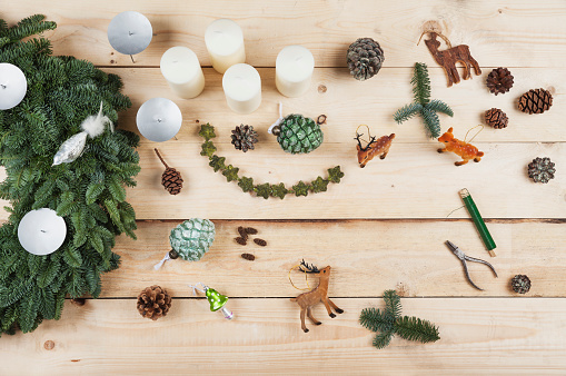 Figurine「Advent wreath decoration items, self-made advent wreath with real fir tree green, DIY, deer, cones, candles, wire, pliers」:スマホ壁紙(5)