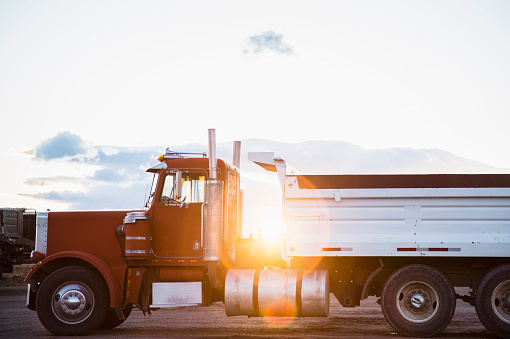 Side View「USA, Colorado, Red semi-truck on road」:スマホ壁紙(1)