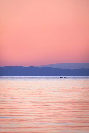 Great Lakes「USA, Landscape with boat on lake Michigan at dusk」:スマホ壁紙(6)