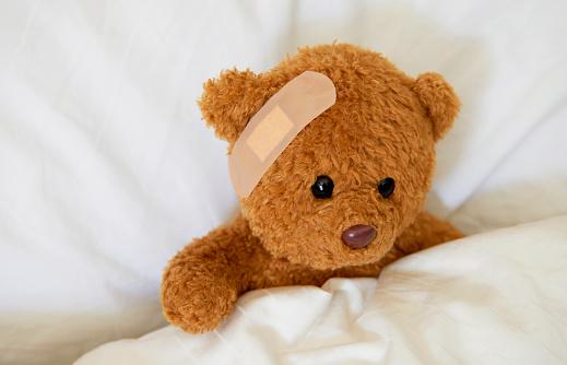 Healing「Injured teddy bear with plaster」:スマホ壁紙(9)
