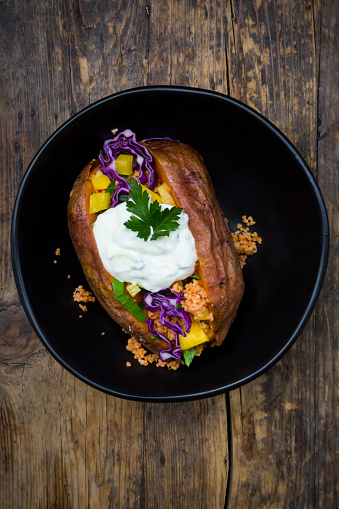 Baked Potato「Sweet potato Kumpir withbell pepper, red cabbage, couscous, yoghurt sauce and parsley」:スマホ壁紙(5)