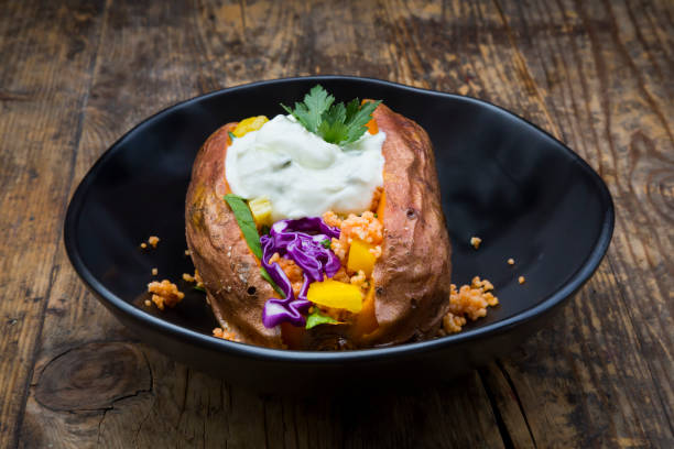 Sweet potato Kumpir withbell pepper, red cabbage, couscous, yoghurt sauce and parsley:スマホ壁紙(壁紙.com)