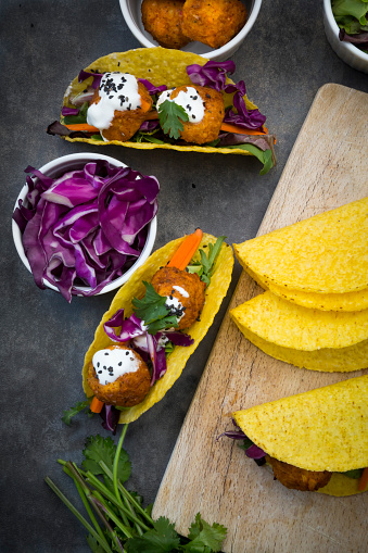 Black Sesame Seed「Sweet potato falafel in taco shells, with red cabbage, salad, carrot, yogurt sauce and black sesame」:スマホ壁紙(9)