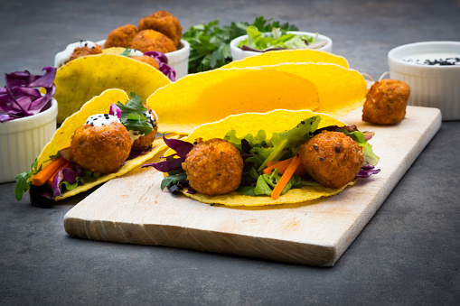 Black Sesame Seed「Sweet potato falafel in taco shells, with red cabbage, salad, carrot, yogurt sauce and black sesame」:スマホ壁紙(5)