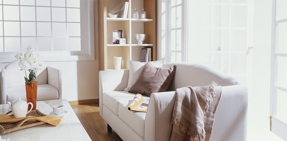 盆「Sofa and coffee table in sunny room」:スマホ壁紙(7)