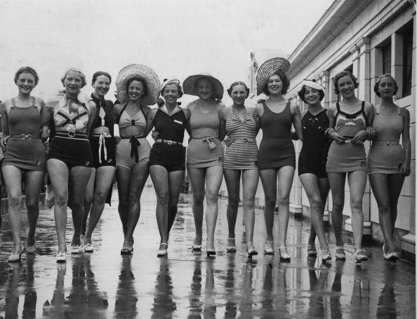 In A Row「Bathers Old And New」:写真・画像(13)[壁紙.com]