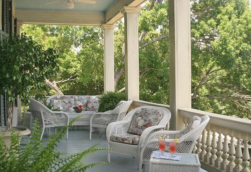ソーダ「Porch with wicker furniture and lemonade」:スマホ壁紙(0)