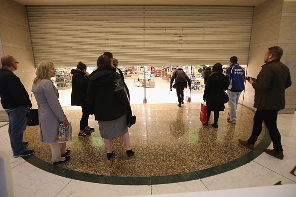 Waiting「Shoppers During The 2015 Black Friday Sales」:写真・画像(0)[壁紙.com]