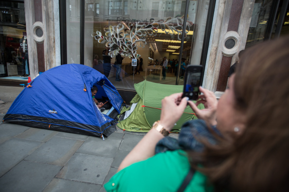 Waiting「Apple Fans Start Queuing For iPhone 6」:写真・画像(1)[壁紙.com]