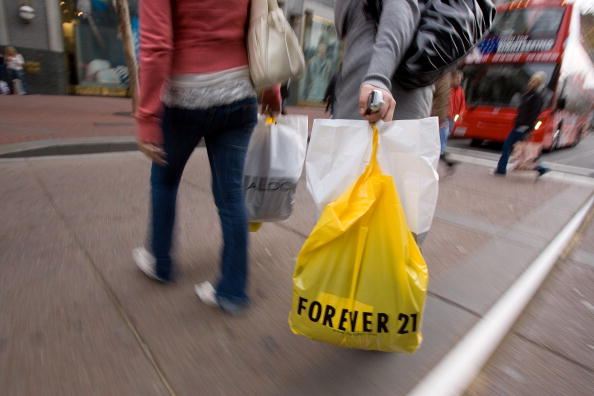 Store「Shoppers Take Advantage Of Post Christmas Bargains」:写真・画像(14)[壁紙.com]