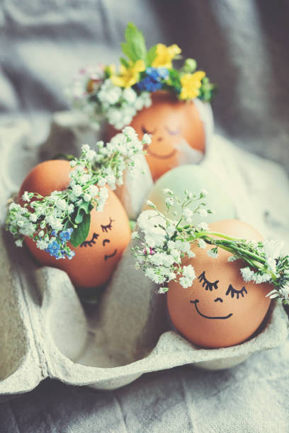 Natural easter eggs with funny painted face and sweet flower wreath:スマホ壁紙(壁紙.com)