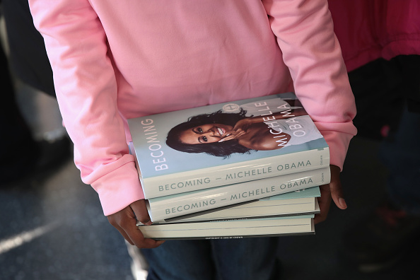 Biography「Michelle Obama Holds  First Book Signing In Her Hometown Of Chicago」:写真・画像(6)[壁紙.com]