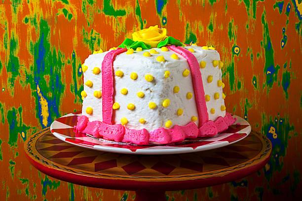 A white present cake:スマホ壁紙(壁紙.com)