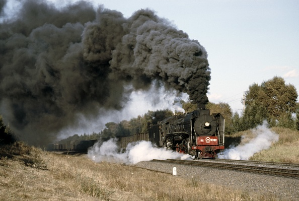 Heilongjiang Province「A China Railways QJ Clan 2-10-2 smokily labours its way up Wang Gang bank with a heavy freight train from Harbin.」:写真・画像(7)[壁紙.com]