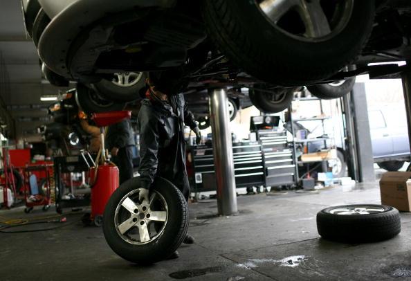 Repairing「Major Automakers See U.S. Sales Plunge In December」:写真・画像(3)[壁紙.com]